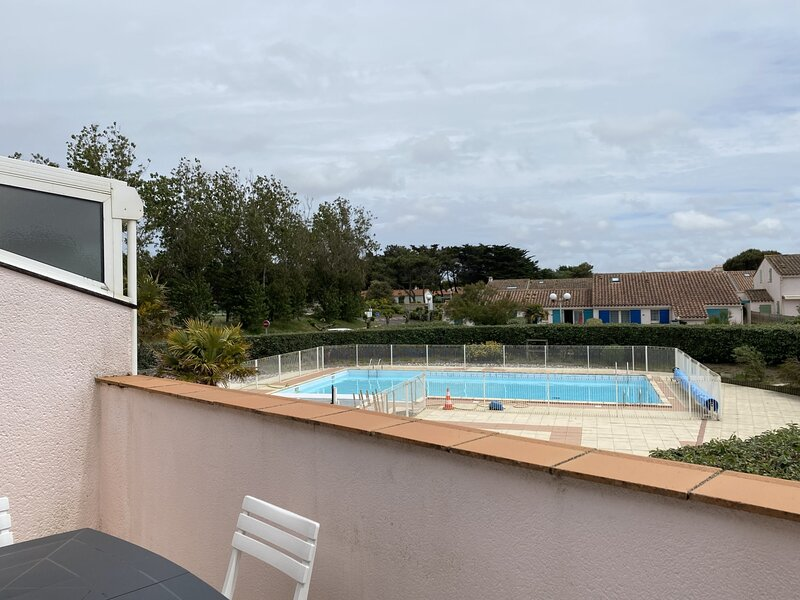 APPARTEMENT COQUET DANS RESIDENCE AVEC PISCINE - ACCES DIRECT PLAGE, holiday rental in La Chaize Giraud
