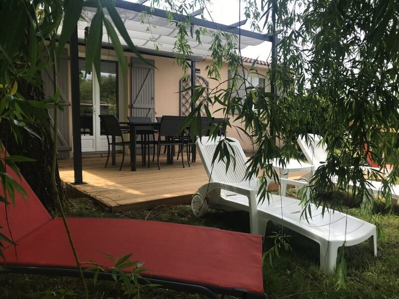 Venez profiter du calme, du jardin, wifi, 3 chambres en retro-littoral, holiday rental in Poiroux