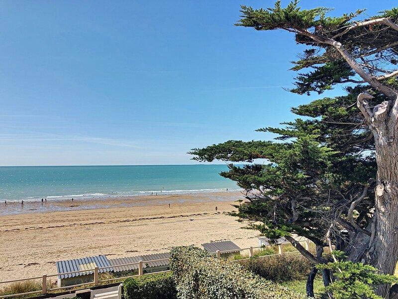 Front de mer, appartement avec balcon, jardin et accès direct plage, holiday rental in Carolles