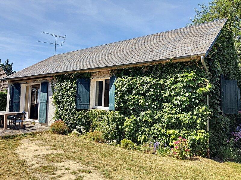 Maison de vacances de plain-pied avec jardin, 500m plage, holiday rental in Jullouville