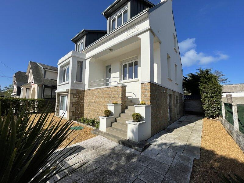 Villa, 200m plage avec jardin clos, 800m du bourg, holiday rental in Carolles