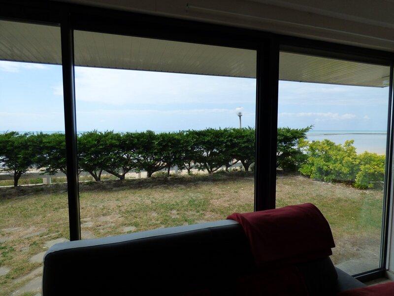 En front de mer, villa avec accès direct à la plage, 500m des commerces, holiday rental in Sartilly