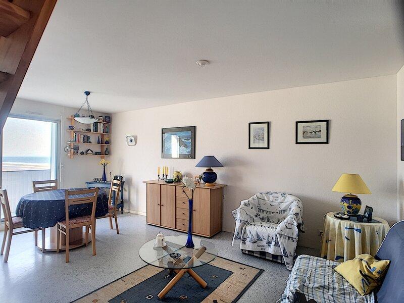 Appartement en duplex, vue sur mer avec accès direct plage, holiday rental in Carolles
