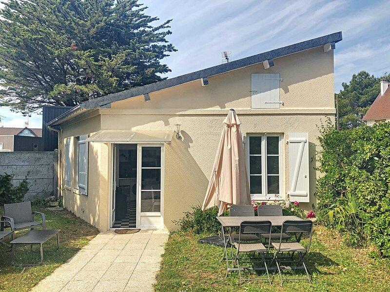 Maison de plain-pled avec jardin, 700m plage et centre bourg, location de vacances à Carolles