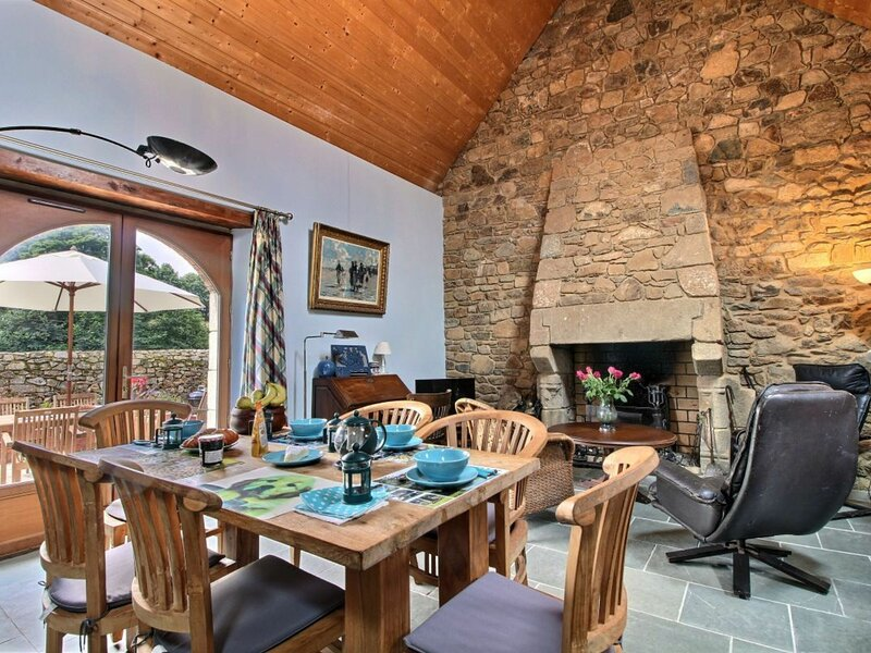 Maison bleue, holiday rental in Plougrescant