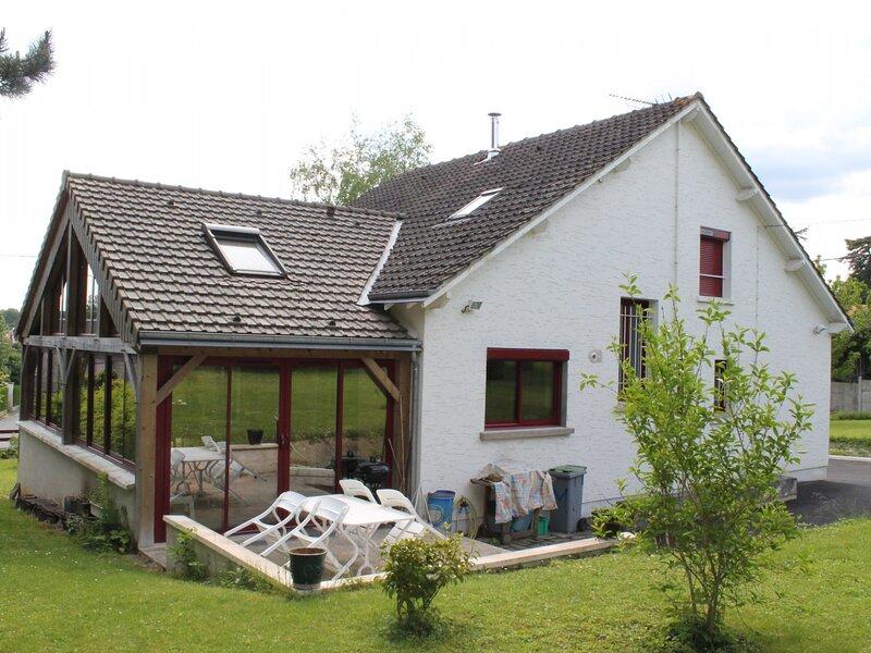Maison familiale à 550m des Thermes du Connétable, holiday rental in La Roche-Posay