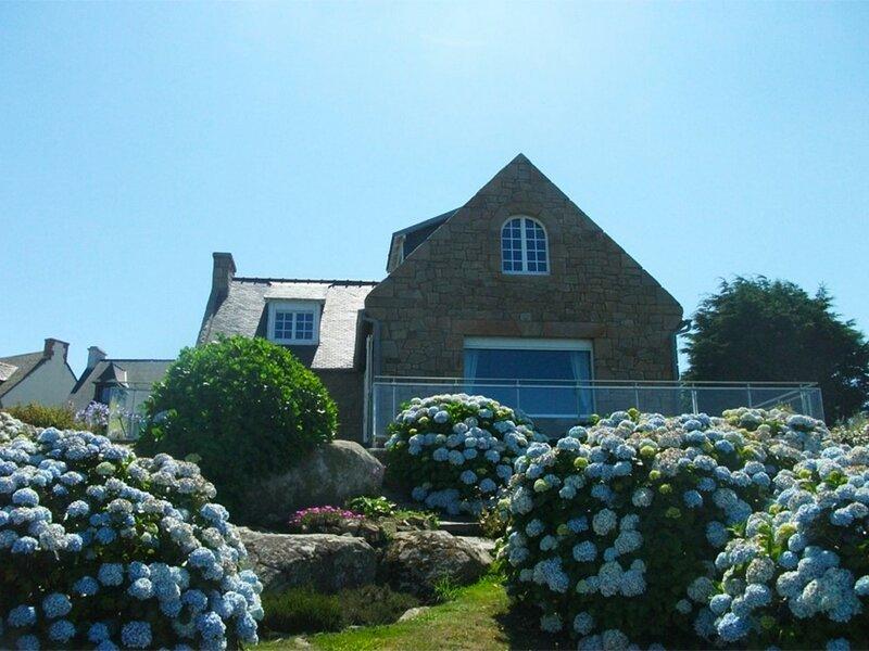 Awel Dro Villa vue mer, terrasse jardin et Wifi accès direct à la plage de, location de vacances à Trevou-Treguignec