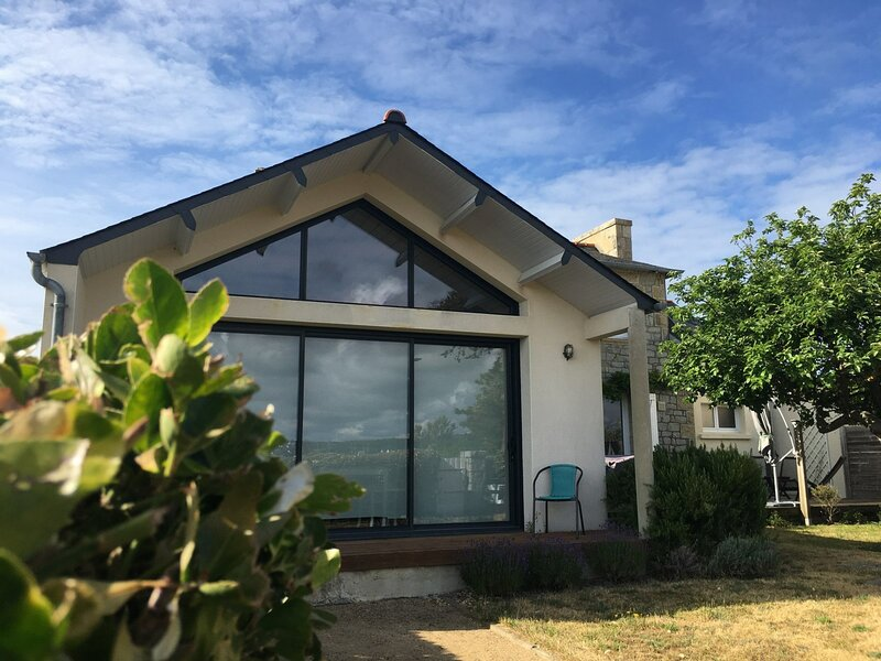 Ty Pacha Vue mer Wifi inclus jardin et parking, charme et dépaysement à Ile, holiday rental in Trebeurden