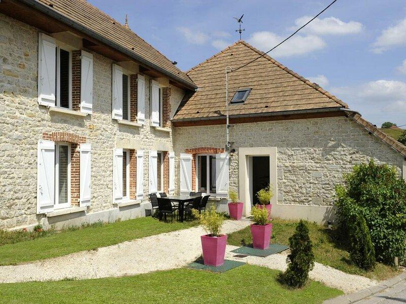 Location Gîte Noé-les-Mallets, 5 pièces, 8 personnes, holiday rental in Urville