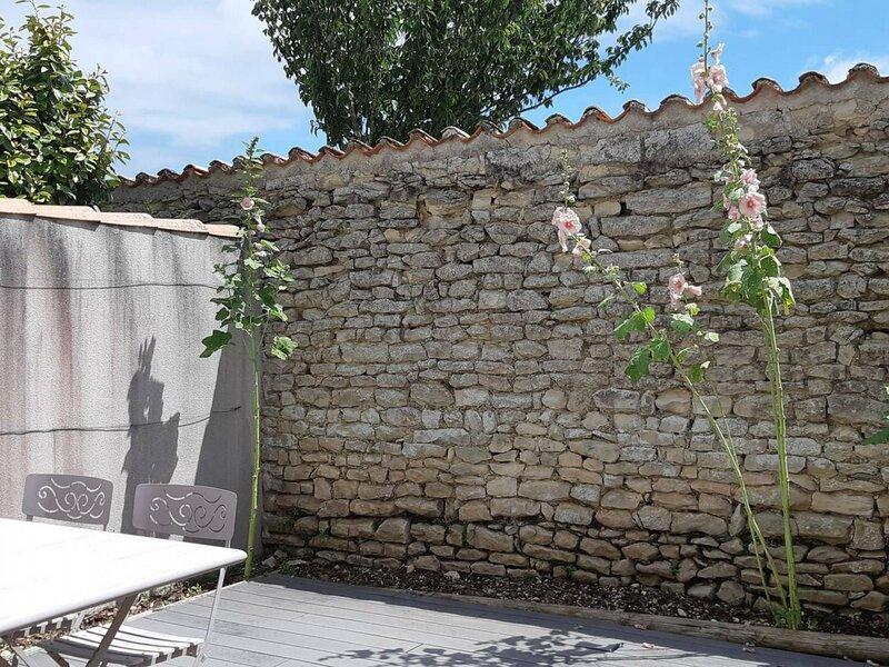 AGREABLE STUDIO AVEC TERRASSE A DEUX PAS DU PORT DE ST MARTIN DE RE, location de vacances à Saint-Martin-de-Ré
