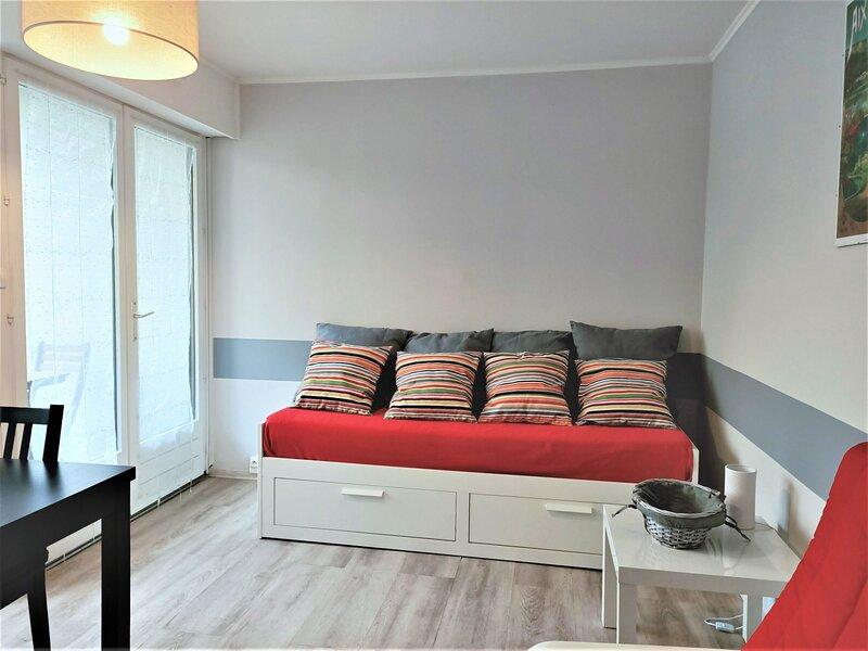 Studio moderne et fonctionnel, dans résidence très appréciée!, vacation rental in Montcel