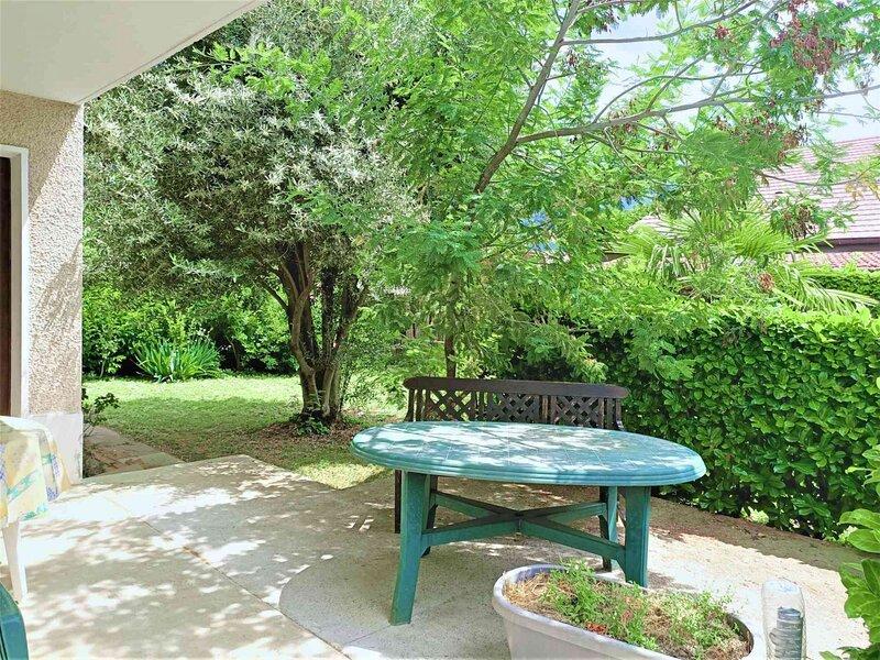 T2 dans maison avec joli jardin !, holiday rental in Saint-Jean-de-Chevelu