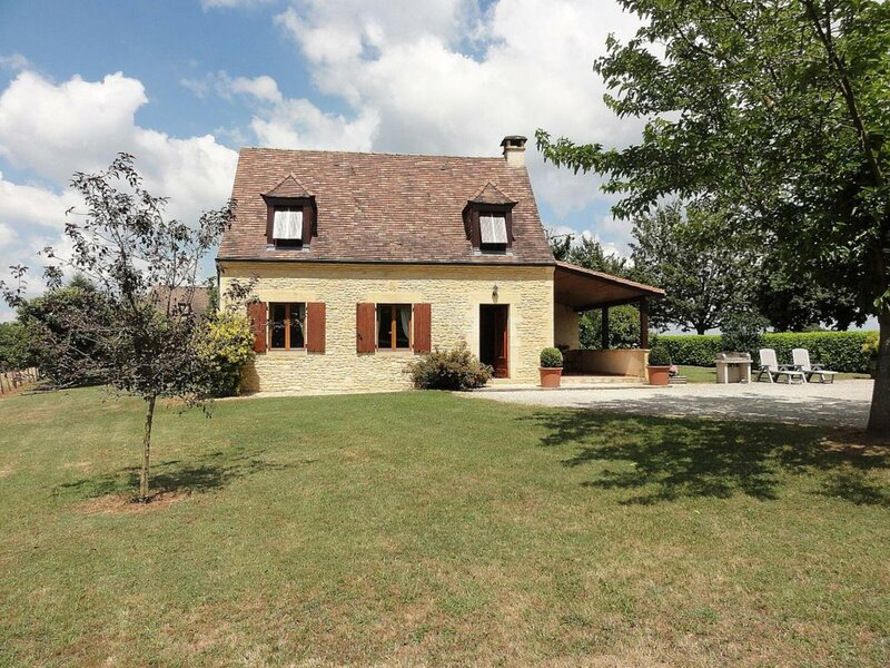 Location Gîte Salignac-Eyvigues, 3 pièces, 5 personnes, holiday rental in Borreze