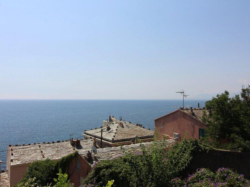 Haut de villa avec vue mer et proche plage à Pietranera pour 4 personnes- BIA, holiday rental in Pietranera