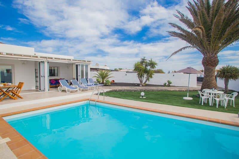 Remarkable 2-Bed Villa in Playa Blanca, holiday rental in Playa Blanca