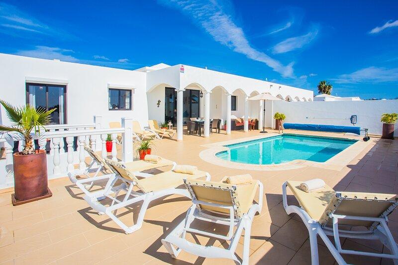 Remarkable 4-Bed Villa in Playa Blanca, holiday rental in Playa Blanca