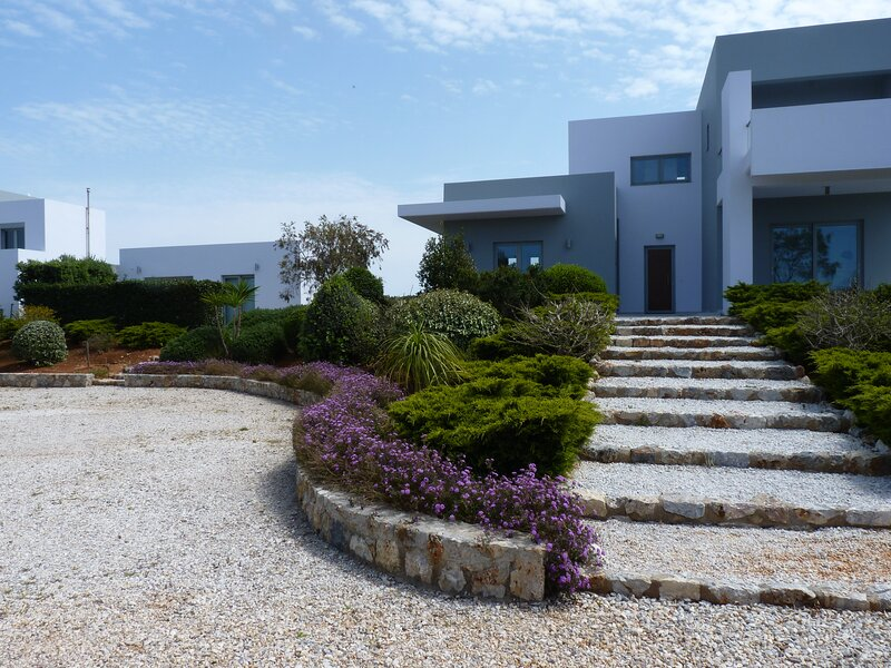 Modern villa with private pool set in a quiet location, holiday rental in Stavros