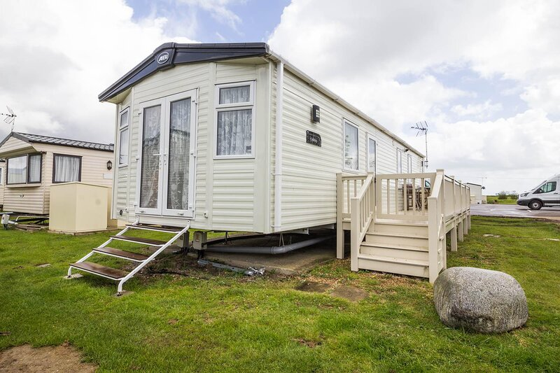 Beautiful 8 berth caravan for hire at St Osyths Holiday Park ref 28051FV, holiday rental in Little Clacton