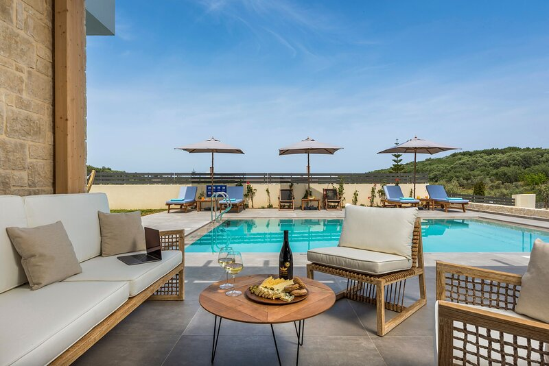 Villa Selene - Newly built, private pool, hot tub and gym, close to Chania town, holiday rental in Perivolia
