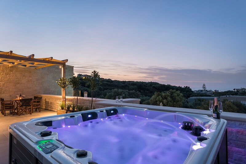 Villa Helios - Newly built, private pool, hot tub and gym, close to Chania town, holiday rental in Perivolia