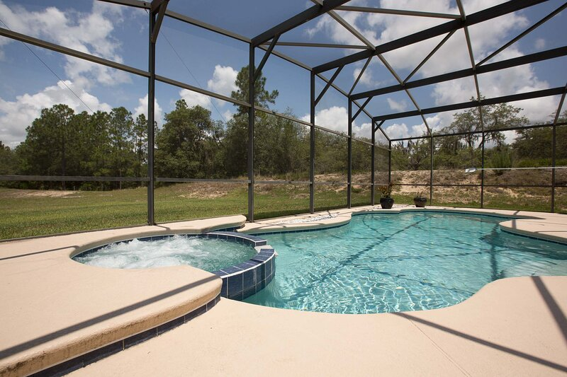 Stunning 5 bed villa with modern decor and south west facing pool, extended deck, alquiler de vacaciones en Orlando