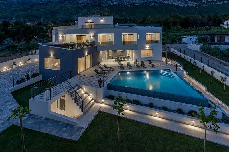 Luxurious Villa Meri, alquiler de vacaciones en Kastel Sucurac