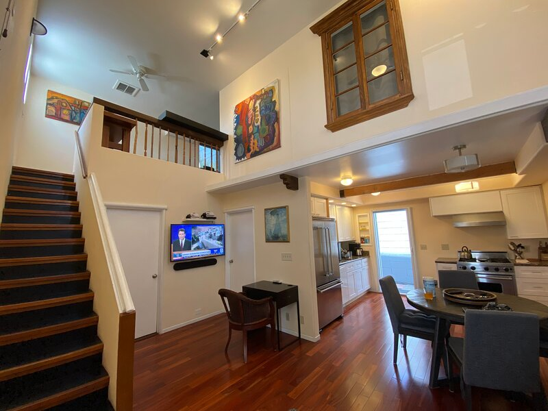 Silver Lake Furnished High Ceiling Modern Style House-2b2b-secured parking, holiday rental in Los Angeles
