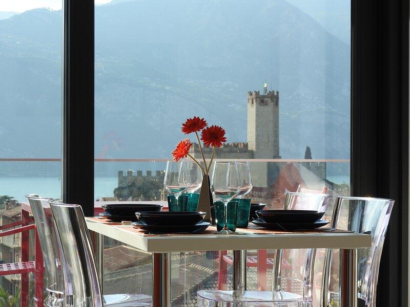 BLUE SKY GARDA SUNSET - Nuovo prestigioso appartamento vista lago e castello, holiday rental in Polsa