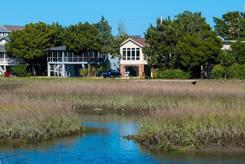Creek Front Beach House, Dock on Tidal Canal, Screened Porch, Easy Walk to Beach, holiday rental in Pawleys Island