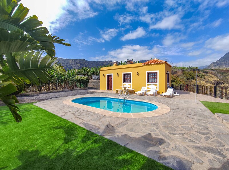 Holiday cottage with private pool in  Tazacorte, vacation rental in Barros