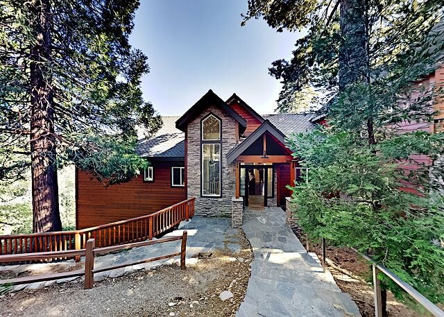 Custom Timberline Lodge with Fireplaces, Decks & Pool Table | Near Lake, holiday rental in Cedarpines Park