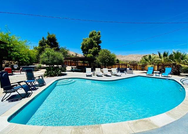 Indigo Sky Oasis | Amazing Desert Escape | Hot Tub & HEATED Pool Option, alquiler de vacaciones en Morongo Valley