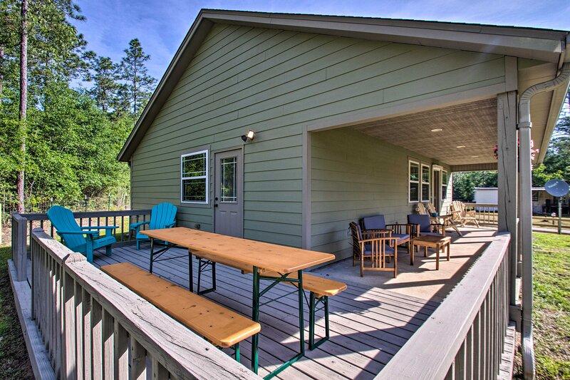 NEW! Milton Cottage w/ Fire Pit + Horse Stables!, aluguéis de temporada em Milton