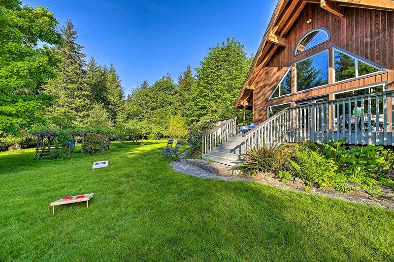 NEW! Quiet 40-Acre Forest Lodge w/ Hot Tub + Sauna, holiday rental in Chehalis