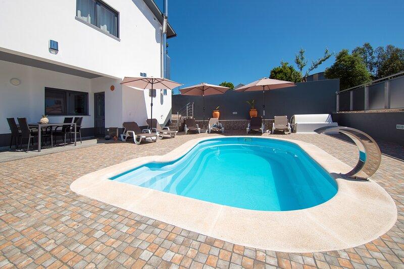 Casa Bem Estar ,moradia T3 nova ,piscina com terraço e zona de lazer coberta, vacation rental in Mortagua