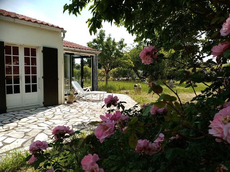 Ile d'Oleronn Maison (60+30m2), 2cbres, verandasgrand jardin  1,5km port, location de vacances à La Cotinière