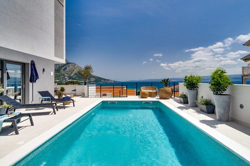 Brand new! Seaview villa Mila with private pool, Finnish sauna, sandy beach 250m, alquiler vacacional en Duce