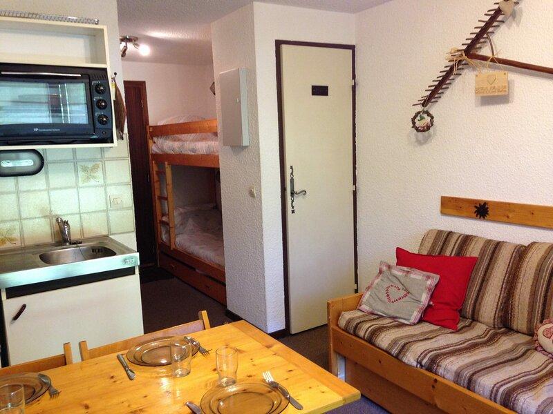 Studio coin nuit pour 4 personnes situé dans un secteur calme, holiday rental in Demi-Quartier