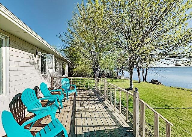 Waterfront Oasis | Sunroom, Office, Gazebo, Deck & Grill | Stunning Bay Views, location de vacances à Hancock