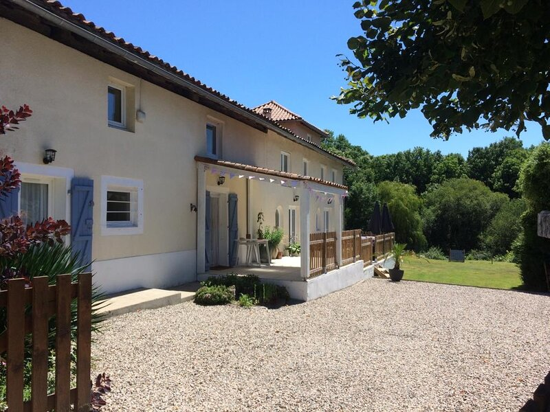 4* Chez Broche with Private Lake & Pool, location de vacances à Montbron