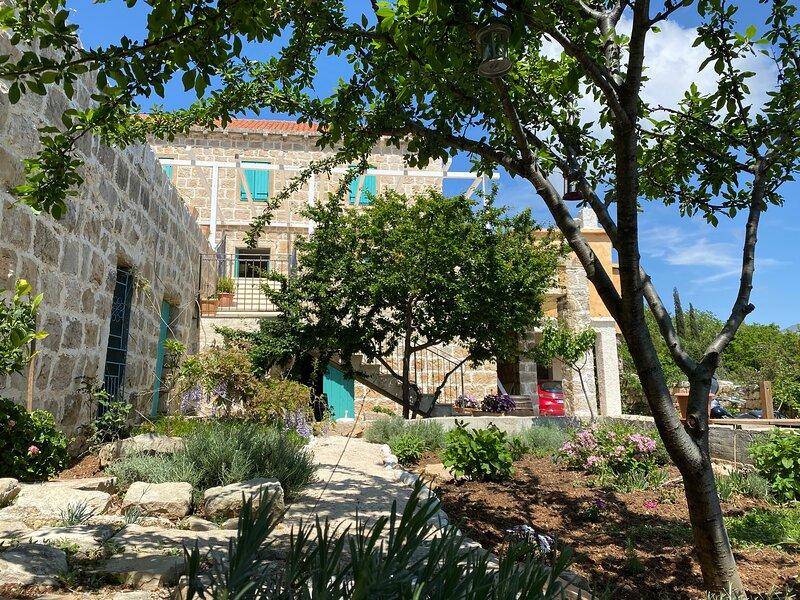 Villa Lavanda with a pool& BBQ complete privacyy, location de vacances à Mocici