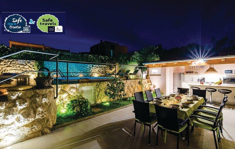 Stunning Villa Mirela-with large private pool, casa vacanza a Mlini