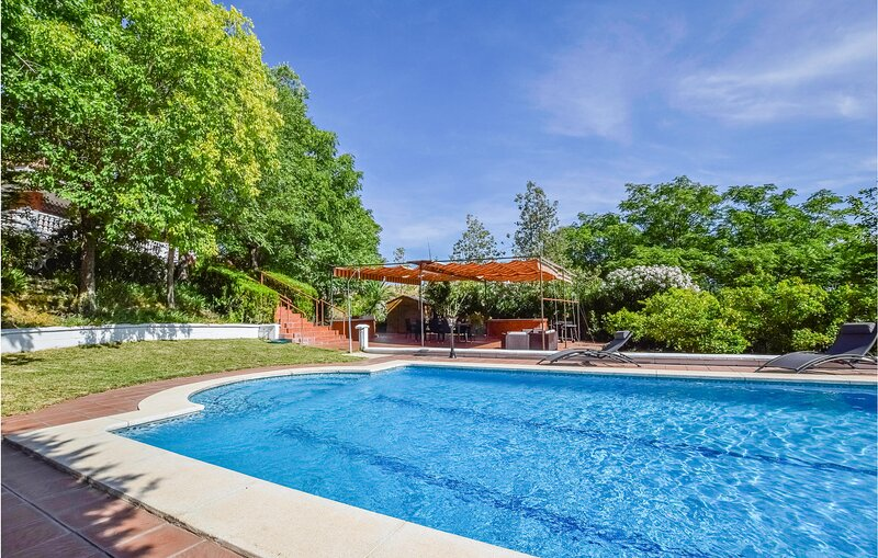 Nice home in Cordoba with Outdoor swimming pool, WiFi and 5 Bedrooms (EAC554), casa vacanza a Montoro