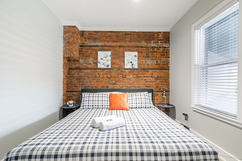 Upscale 2BR with King Bed -  Brand New - PRIME Location!, holiday rental in Waterdown