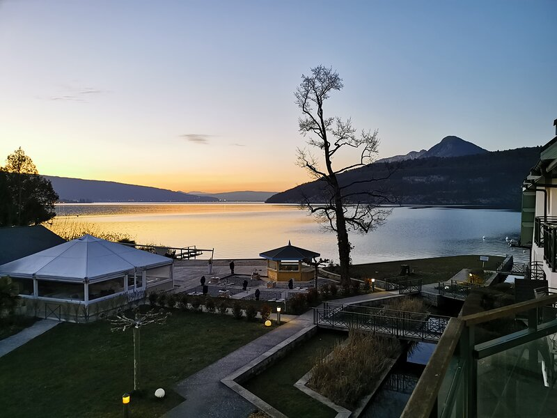 Lac Annecy, Charmant Duplex avec plage privée- Baie des voiles à Duingt, holiday rental in Duingt