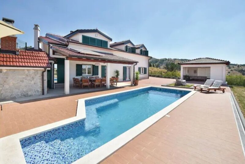 Luxury mountain villa w.heated pool & largeGarden, holiday rental in Vrlika