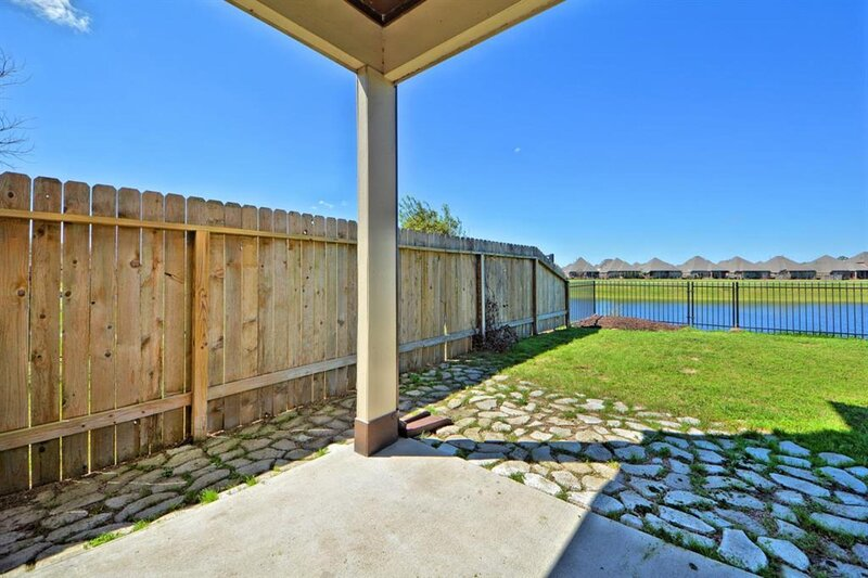 Gorgeous 3-Bedroom Townhome with Relaxing LakeView!, casa vacanza a Damon