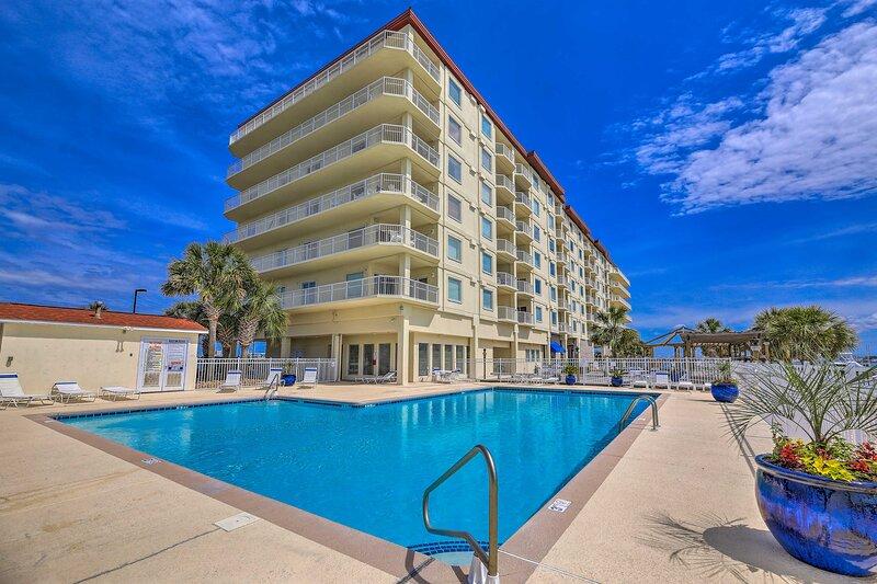 NEW! Waterfront Marina Condo w/ Pool & Gym Access!, alquiler vacacional en Harkers Island