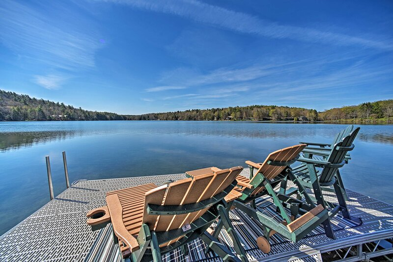 NEW! Lakeside Retreat: Fire Pit, BBQ, Paddleboat!, holiday rental in Hartwick
