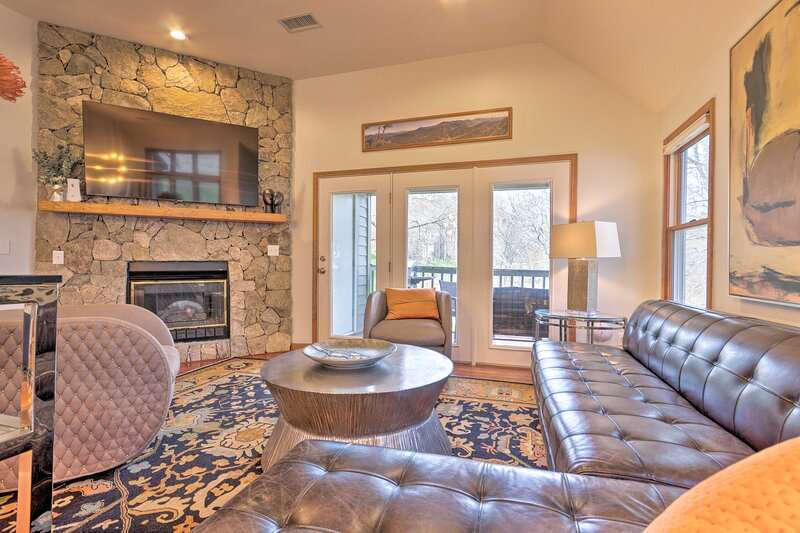 NEW! Spacious Burnsville Condo with Mountain Views, holiday rental in Green Mountain